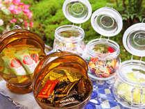 *【ロビー・お菓子スタンド】飴やチョコーレートのお菓子スタンド。ご自由にお召しあがりください
