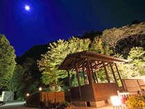 *【足湯・夜】満月の夜は少し幻想的な雰囲気をお楽しみいただけます。