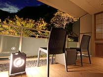 *【本館・自家源泉付和室・夜のテラス】夜はライトアップされた木々をお楽しみください。