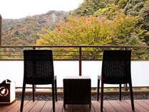 *【本館・自家源泉付和室・昼のテラス】夜はライトアップされた木々をお楽しみください。
