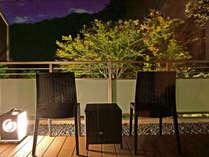 *【本館自家源泉付和室・テラス夜】秋の夜長はライトアップされた紅葉を楽しめます。