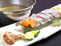 *【秋のお料理一例・椀物】松茸を添えた鯛を自家製の出汁でしゃぶしゃぶでお楽しみください。