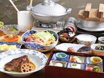 *【朝食一例】ご飯のお供六面盛りから温かい御鍋、時には鯛のあら煮もお出ししております。