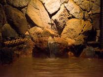*【大浴場A・金泉露天風呂】露天風呂は湯量豊富な金泉を贅沢かけ流しにてご提供いたします。