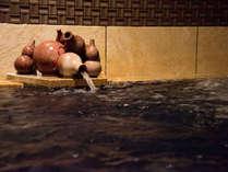 *【大浴場B】銀泉に近い成分の自家源泉内湯。ひょうたん型の湯口から湯量豊富な温泉を楽しめます。