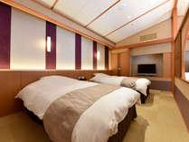 *【金泉露天風呂付・特別室】寝室・寝室の小窓からテラスが見えるデザインとなっております