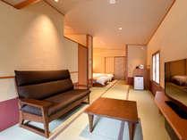 *【本館:金泉露天風呂付和室C】ソファースペースでゆっくりカフェタイム。