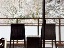 *冬【本館・自家源泉付和室A】真冬は雪が降る日もございます。貴重な雪景色のテラス。