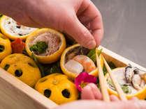 *【お夕食一例】目でも楽しめる工夫を凝らしたお料理をお楽しみください。