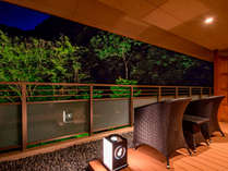 *【金泉露天風呂付・特別室】広めのテラスとソファが特徴の特別室で贅沢な滞在を