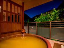 *【本館・金泉露天風呂・特別室】金泉露天風呂に浸かりながら有馬三山の1つの紅葉をお楽しみいただけます