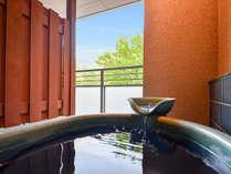 *【客室露天風呂 自家源泉一例】季節ごとに変わる山の風景をお楽しみください