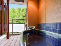 *【本館・自家源泉付和室】テラスと湯船から有馬の山の四季をお楽しみいただけます。