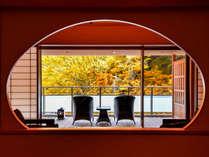 *【本館_金泉露天風呂付特別室】紅葉シーズンは絵画のような色めく紅葉の景色をお楽しみいただけます。