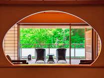 *【本館_金泉露天風呂付特別室】初夏には鮮やかな新緑の木々と青空のコントラストをお楽しみいただけます。