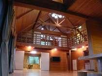 ■大型ロッジ■メインホールは吹き抜けのフロアリングでとっても開放的!2階は畳敷きの寝室です