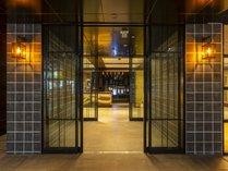 【エントランスホール】商店街アーケード直結の好立地。地元ならではのウェルカムドリンクでお出迎え。