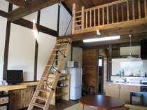 15 ロフト付き木の香いっぱいのお部屋、シーリングファン付き、生活用品一式各室完備