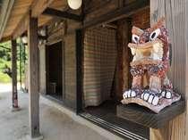 63 焼き杉造り古民家風、シーサーも見守っています。沖縄新感覚な宿(うち)