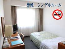 シングルルームは全室セミダブルベッド使用でゆったり広々(16㎡)です
