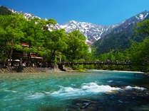 春夏はさわやかな上高地への観光がおすすめ。清々しい山の空気に心が洗われます