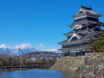 【松本城|冬】アルプスの山々と松本城のコントラストは海外の観光客からも人気の風景