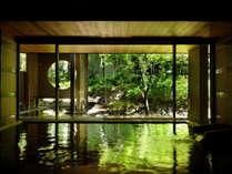 【大浴場】大きな窓からは、四季折々に変化する中庭を眺めることができます。