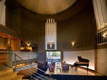 【ロビー】吹き抜けの高い丸天井があるエントランスロビー。毎晩ロビーコンサートを開催♪