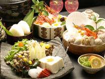 【寄せ鍋一例】魚介類、つみれ、きのこ類、お豆腐などが入ったお鍋をどうぞ!