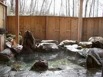 天然温泉露天岩風呂は内風呂と鍵をかけて同時に貸切でどうぞ