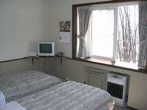 窓から森の見える洋室ツインルーム、バス・トイレ付