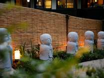 6地蔵様が迎える【花地蔵庵】のアプローチ♪お顔が違う微笑みです♪