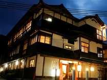 「湯亭 花のれん」の外観。昭和30年代の雰囲気を残す、風格ある建築です。