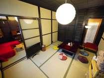 四季の間。昔ながらの囲炉裏テーブルが、京町家滞在の雰囲気を掻き立てます。