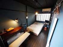 富士の間。当館唯一の板の間で、セミダブルのベッドを備える。猫足の調度品は大正ロマンを感じさせます。