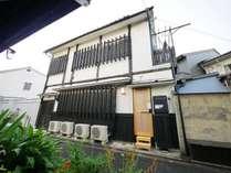 宿外観。昭和初期に建てられた京町家(屋)。戦後は学生の下宿として使用されてきました。
