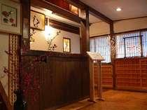 古い欅のカウンターです。渋温泉をご案内いたします。