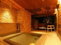 自慢の貸切風呂では星空に光る月を堪能・・・
