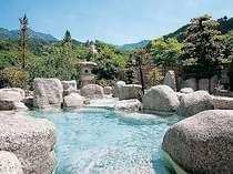 巨大な御影石をくり貫いた石の露天風呂。