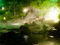 豊富なお湯が滝のよう注がれる。マイナスイオン&南木曽の自然でリラックス!