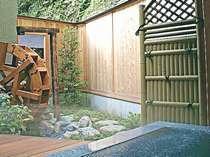 館主手作りの水車と露天風呂がある、メゾネット式特別室