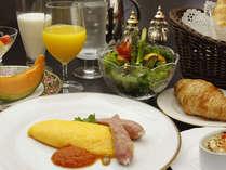 自家製のパンとオムレツで朝食をどうぞ