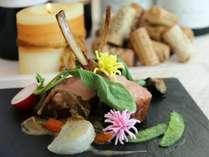 【お料理一例】ボビーヴィール骨付き背肉のローティと季節の野菜添えポルチーニソースと共に