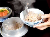 ■山菜釜めし一例■夕食のご飯は季節の赤米を混ぜた山菜釜めしをご用意♪ふっくら美味しいと評判です!