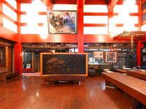 ■玄関ロビー■当館は、ケヤキの枠を館内に造るという富山の伝統の家造り「枠の内造り」でできています。