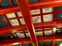 ■ロビーの天井■当館の天井を見上げていただくとケヤキの内の枠造りのところにかわいらしい絵が♪