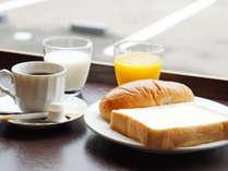パン、コーヒー、ジュース、コーヒーなどの朝軽食の一例