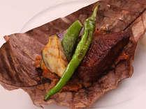 """静岡県産""""ふじやま和牛""""のフィレ肉と秋野菜の朴葉焼き ~ご夕食のお料理の一例です~"""