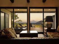富士山と駿河湾を望む露天風呂付スイートの客室一例です