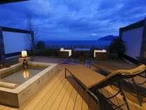 富士と海を望む露天風呂付130平米客室で過ごすラグジュアリーな休日を、さらにロマンティックに…。